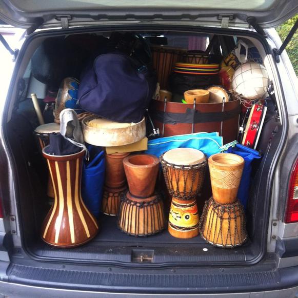 Der Zafira der Mobilen Flüchtlingshilfe – bis unters Dach beladen mit Musikinstrumenten und anderen Spielsachen