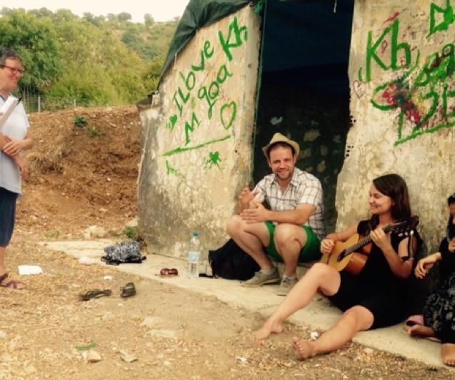Rosa Faerber (rechts, mit Gitarre) und Jonas Hermes vor einem ehemaligen Bunker. Eine Plane dient als Dach – ein fast perfekter Raum…