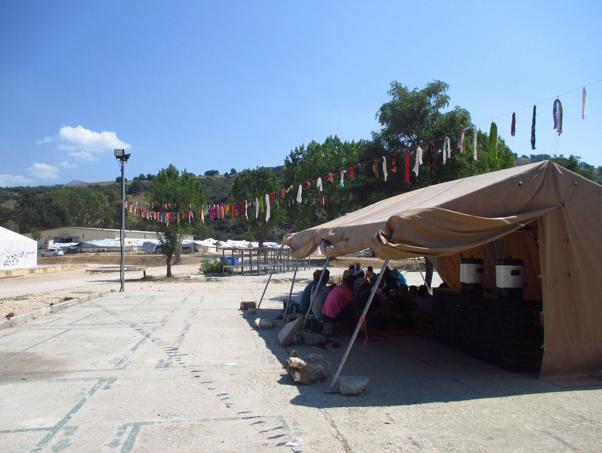 Das Teezelt der Mobilen Flüchtlingshilfe – Wohnzimmer für bis zu 500 Geflüchtete im Camp