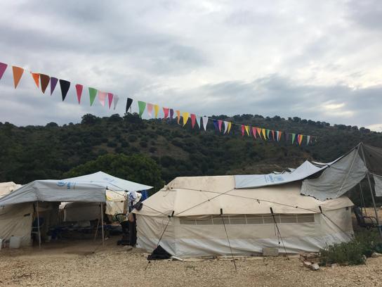 Wie bunte Fahnen schwirren die Melodien über den Zelten – ein kleines bisschen Menschlichkeit durch Musik ins Zeltdorf gebracht